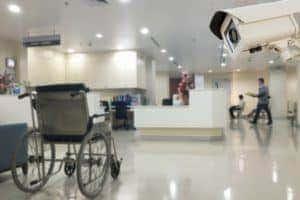 La cámara de seguridad CCTV que opera en el hospital de la oficina difumina el fondo.