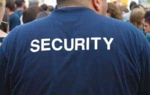 detrás de un guardia de seguridad observando a una multitud de personas