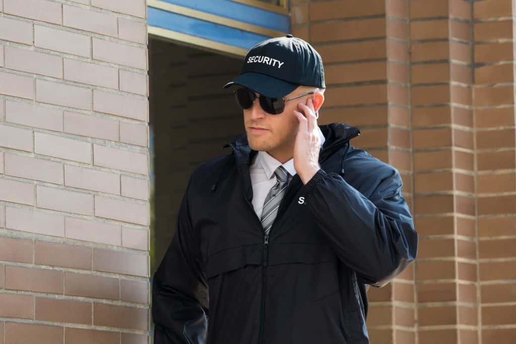 Un guardia de seguridad profesional a corto plazo fuera de un edificio.