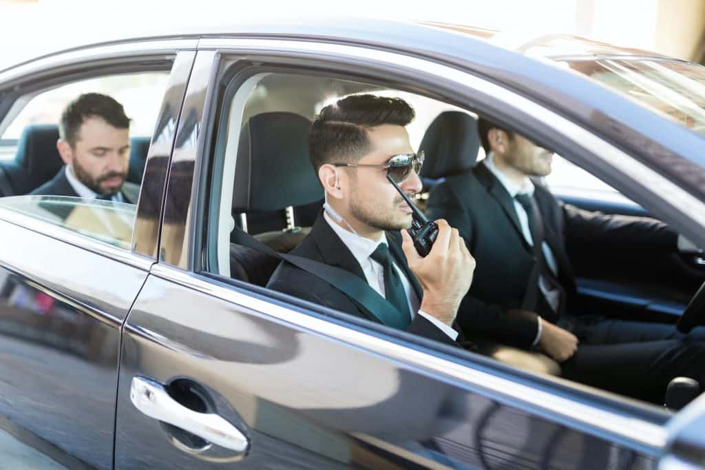 ejecutivos con guardias de seguridad