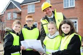 Mantenga a los niños seguros en los sitios de construcción. 1