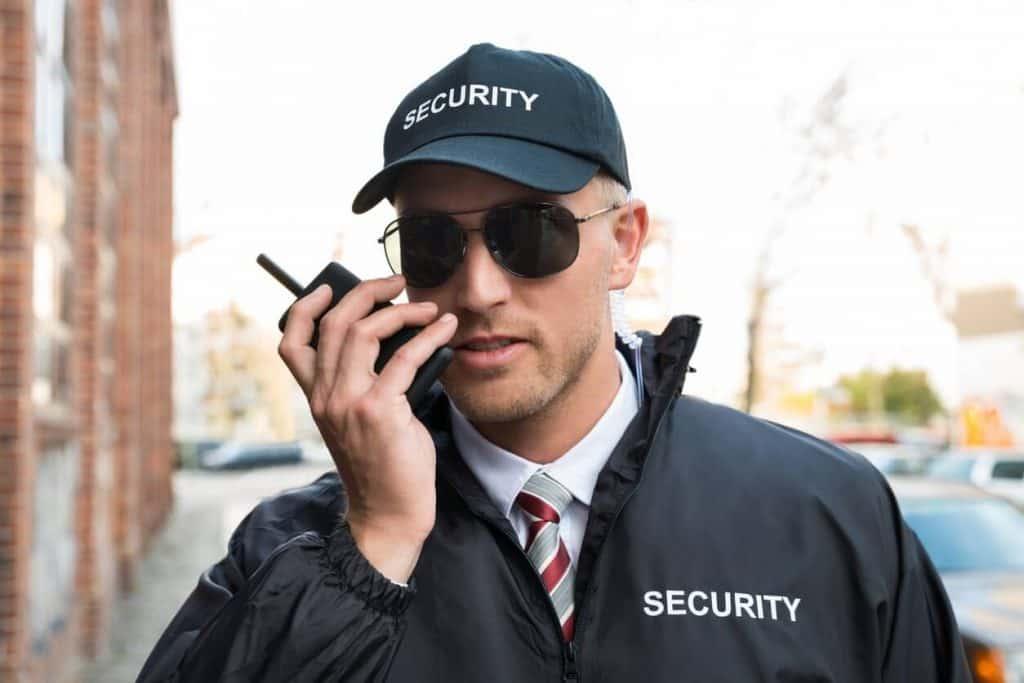 seguridad hablando por un walkie-talkie