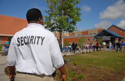 hombre trabajando en seguridad privada